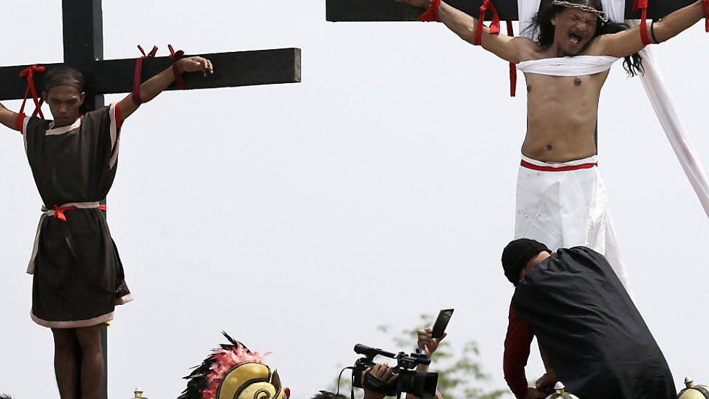 Blutige Karfreitagszeremonie mit Volksfestcharakter: In San Pedro Cutud auf den Philippinen lassen sich gläubige Christen in Erinnerung an die Leiden Jesu kreuzigen.