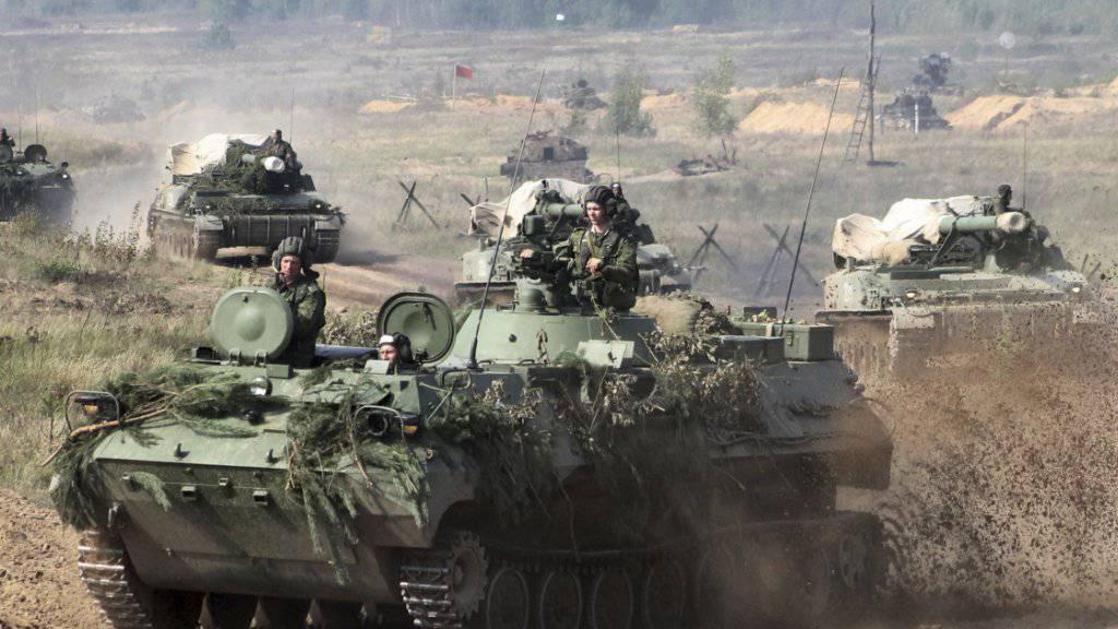 Weissrussische Panzer bereiten sich auf den Begin der Übung «Sapad 2017» vor: Osteuropäische Länder fürchten, dass sich russische Truppen in Weissrussland festsetzen.