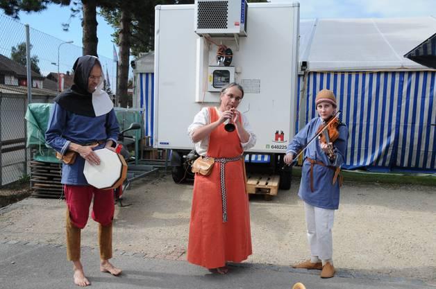 Trio mit Tambourin, Rauschflöte und Geige begrüsst die Zuschauer.