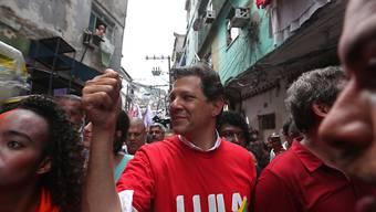 Lula-Anhänger Fernando Haddad von der Arbeiterpartei liegt bei den Umfragen im brasilianischen Präsidentschaftsrennen weiter hinter dem Rechtspopulisten Jair Bolsonaro zurück. (Archivbild)