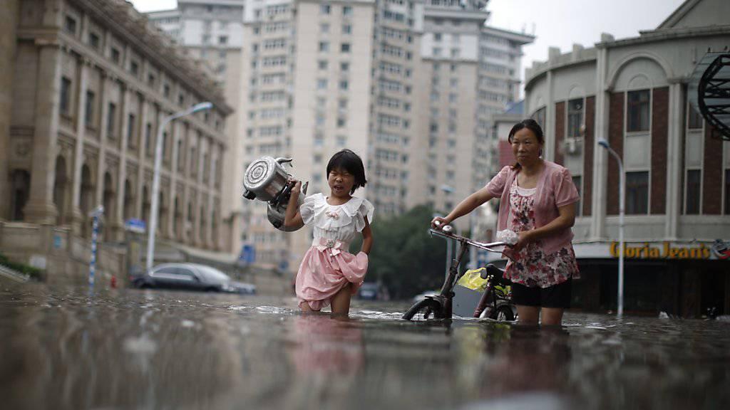Überflutete Strassen in Tinajin: Nordchina leidet derzeit unter heftigen Regengüssen und schweren Überschwemmungen.