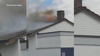 Kurz nach dem Mittag brannte oberhalb der Peugeot-Garage eine Wohnung. Verletzt wurde beim Brand niemand.