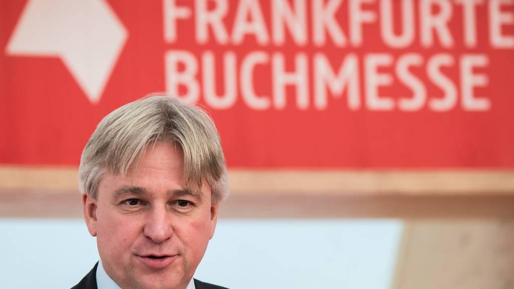 ARCHIV - Juergen Boos, Direktor der Frankfurter Buchmesse, spricht auf der Pressekonferenz der Buchmesse. Foto: Andreas Arnold/dpa