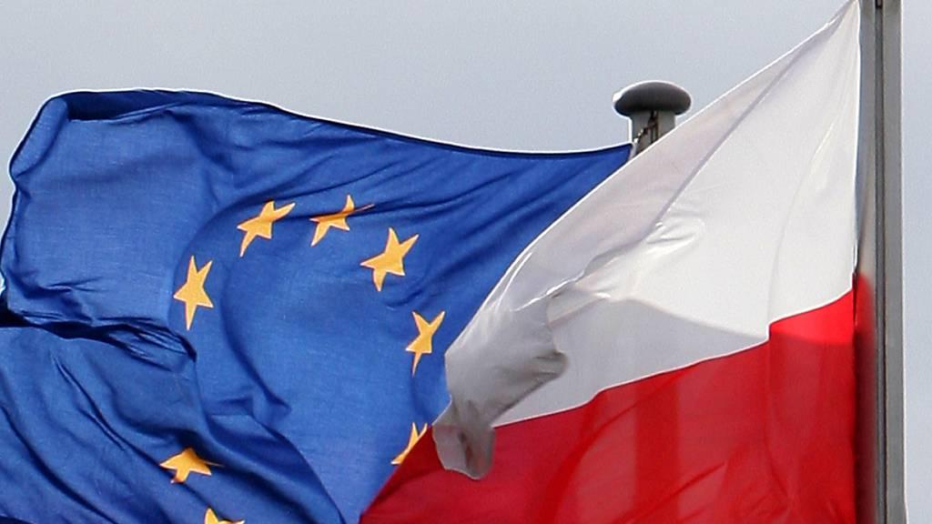 ARCHIV - Die Fahnen der Europäischen Union (EU) und von Polen wehen am deutsch-polnischen Grenzübergang. Eine am Dienstag veröffentlichten Befragung von United Surveys ergab, dass eine überwältigende Mehrheit der Polen dafür ist, dass ihr Land weiterhin in der EU bleibt. Foto: Patrick Pleul/dpa-Zentralbild/dpa