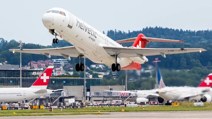 Startet zum letzten Flug ab Zürich - die Fokker 100 der Helvetic Airways.