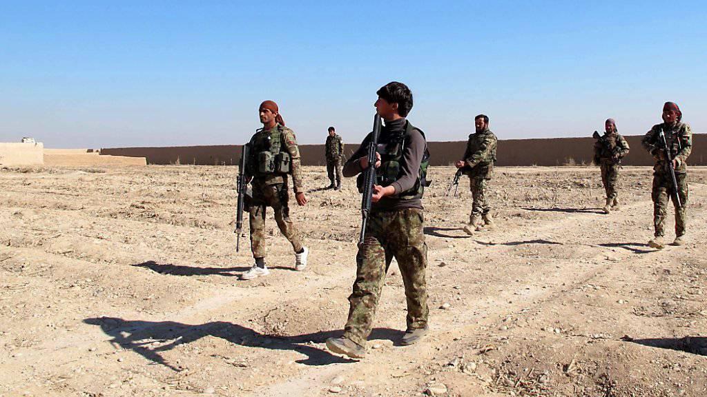 Afghanische Soldaten patrouillieren in der stark umkämpften Provinz Helmand.