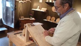Kunsthandwerker Willi Mühlemann veranschaulicht die Arbeitsgänge