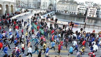 Damit sich die Läufer nicht auf die Füsse treten, wird die Streck des Zürcher Silvesterlaufs nun verlängert und verlegt.