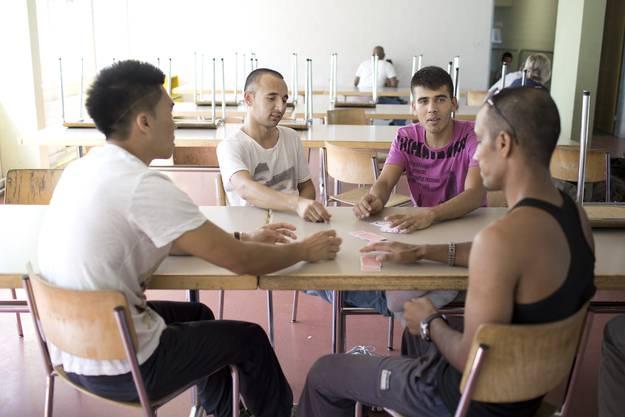 Afghanische Bewohner spielen zum Zeitvertreib Karten