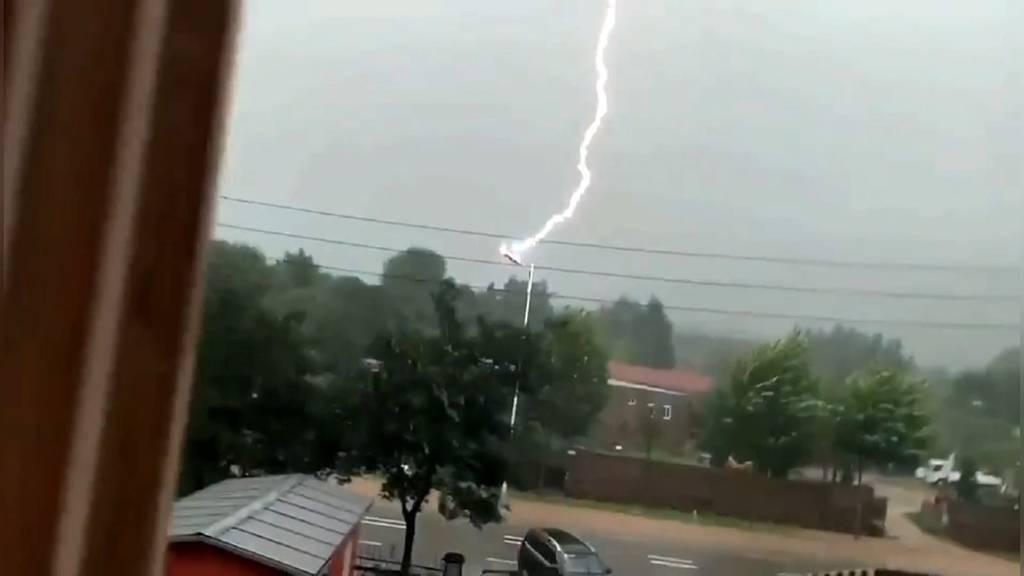 Hier schlägt ein Blitz 11 Mal hintereinander ein!
