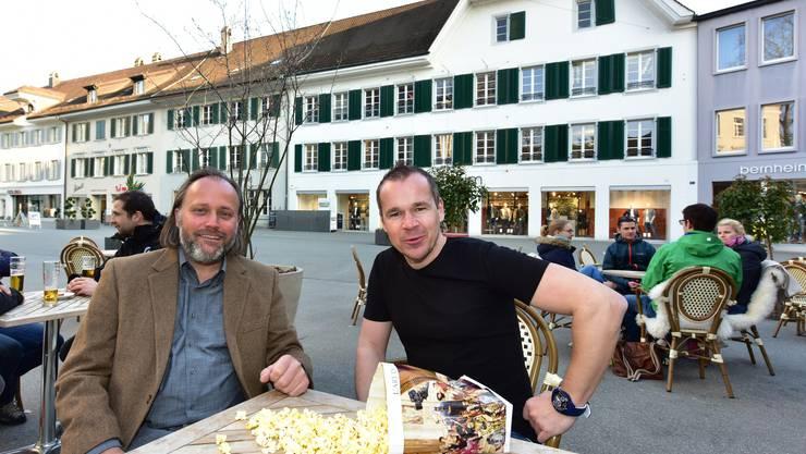 """Konrad Schibli (links) von Youcinema und sein Event-Manager Roger Brogli im """"Gryffe"""". Von dort können Gäste die Filme ebenfalls verfolgen."""