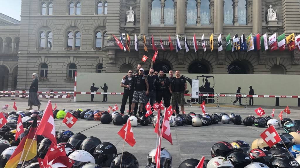 Töfffahrer legen auf dem Bundesplatz ihren Helm nieder - als Protest gegen drohende Lärmbegrenzungen.