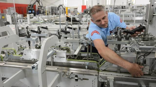 Ein Angestellter von Bobst arbeitet in Mex VD an einer Maschine