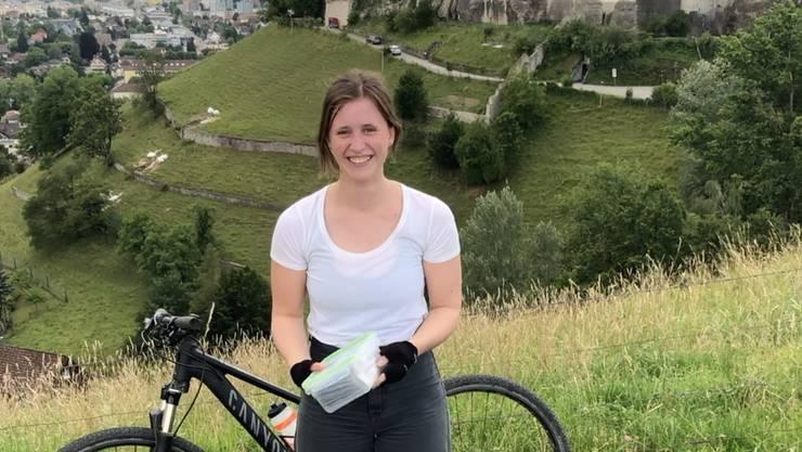 Juliane Weigel posiert mit dem Schatz, den sie auf dem Lenzburger Gofi versteckt hat.