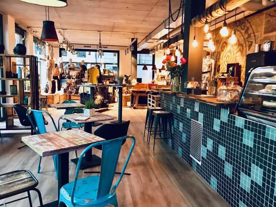 Das Café teilt sich die Ladenfläche mit den Outdoor-Artikeln.