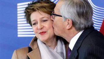 Ein Kuss, der Berühmtheit erlangte: EU-Kommissionspräsident Juncker empfängt im Februar 2015 die damalige Bundespräsidentin Sommaruga in Brüssel.Keystone