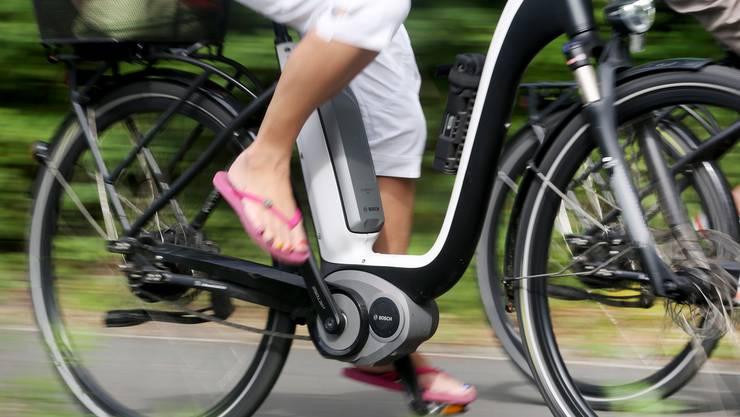 Stromern statt strampeln: E-Bikes werden in der Schweiz beliebter.