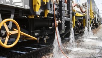 Wasser marsch: Erkennt das neue SBB-Fahrzeug Unkraut auf den Gleisen, werden die Pflanzen mit heissem Wasser vernichtet.