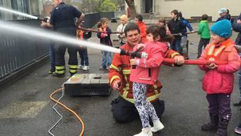 Wasser marsch! Die kleinen Feuerwehrleute am Werk.