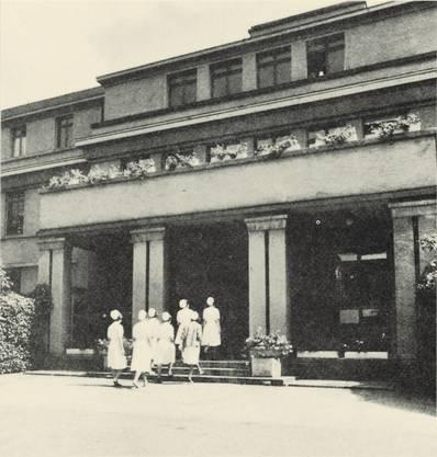 Psychiatrieschwestern vor der Klinik Hasenbühl Liestal 1965. Diese wurde später in Psychiatrie Baselland PBL umbenannt.