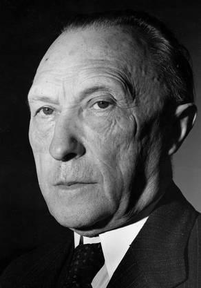 Der CDU-Politiker Konrad Adenauer war der erste Bundeskanzler Deutschlands nach dem Zweiten Weltkrieg und dem Hitler-Regime. Er boxte den NATO-Beitritt und die Gründung der Europäischen Gemeinschaft für Kohle und Stahl (EGKS) gegen den Widerstand der SPD durch. Die EGKS ist der Grundstein der Europäischen Union (EU). Adenauer unterschrieb den deutsch-französischen Friedensvertrag und setzte sich für die deutsch-jüdische Versöhnung ein.