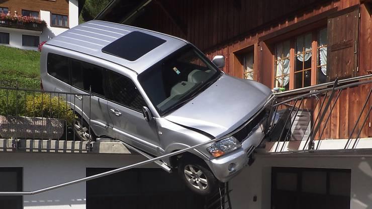 Die führerlose Fahrt eines Autos endete in Bauen UR auf der Garagenterrasse.