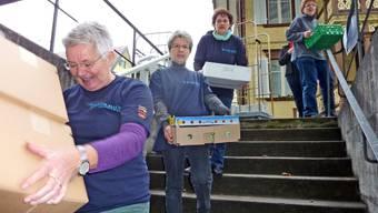 TIschlein deck dich: Die Helferinnen packen beim Ausladen der Lebensmittel kräftig zu. (Bild: Geri Hirt)