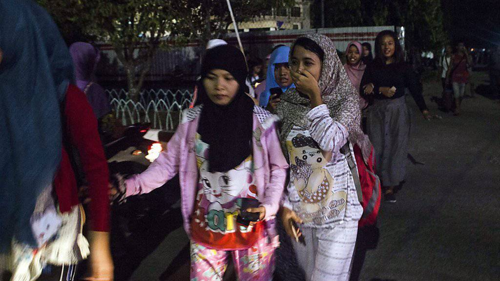 Vom Beben aufgeschreckte Einwohner von Padang rennen aus ihren Häusern.