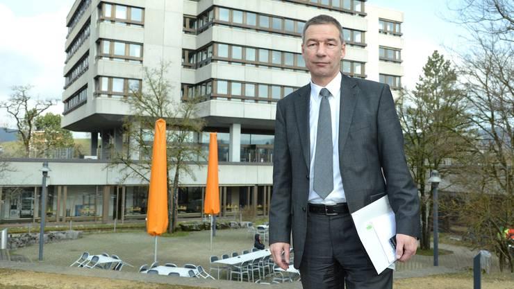 Niklas Baer vor der Psychiatrie Baselland.