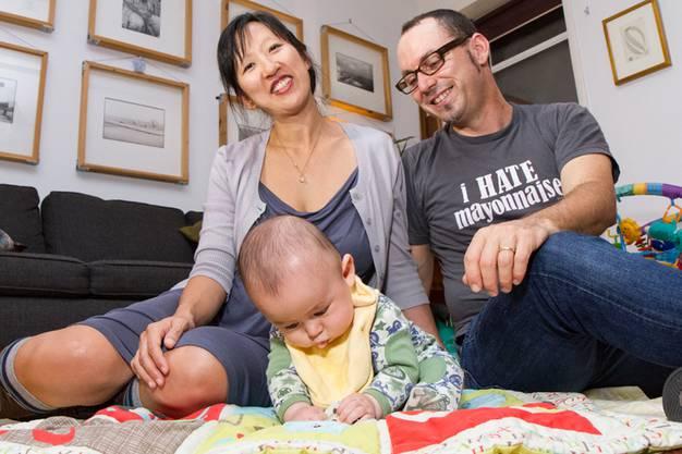Alice und David mit ihrer Tochter haben sich auf der Plattform okCupid kennegelernt.
