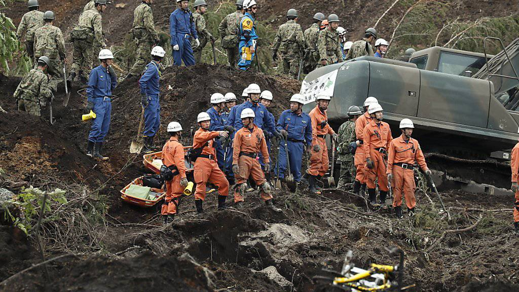 Im Norden Japans suchen auch am Sonntag weiterhin tausende Rettungskräfte nach Überlebenden der Erdbebenkatastrophe vom Donnerstag.