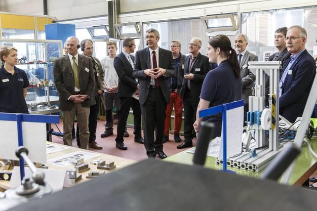 Josef Maushart führt durch die Fraisa AG