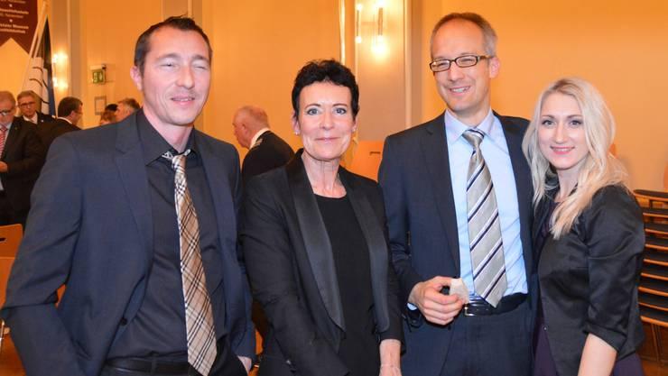 Fanden Gefallen am Neujahrsempfang: die ehemalige Stadträtin Béa Bieber neben dem neuen Stadtrat Dominik Burkhardt (beide in der Mitte stehend).