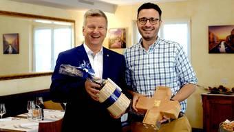 «Volare»-Wirt Adriano Caranci (rechts) und Bruno Lustenberger, Präsident von Gastro Aargau, freuen sich über den dritten Platz des Ristorante Volare am «Best of Swiss Gastro».