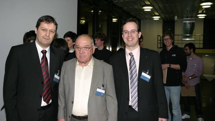 Zwei Generationen, ein Preis. Anlässlich der Preisverleihung an der ETH Hönggerberg in Zürich: Heinz, Karl und Gregor Haab (von links). Auf dem Bild fehlt Karl Haab. Im Hintergrund die Preisträger. (Bild Werner Schneiter)
