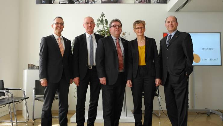 Die Regierung (v.l.: Regierungsräte Thomas Weber, Isaac Reber, Urs Wüthrich, Sabine Pegoraro, Anton Lauber) ist mit den eigenen Fortschritten in der Wirtschaftsoffensive zufrieden.