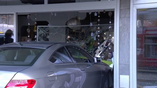 74-jähriger Autolenker prallt durch Scheibe in Tea Room