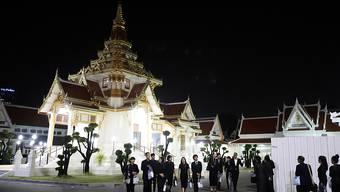 In einem Tempel in Bangkok haben sich Angehörige, Regierungsvertreter und Prominente zu dreitägigen Bade-Riten versammelt, die den Auftakt der einwöchigen Trauerzeremonie für Vichai bilden.