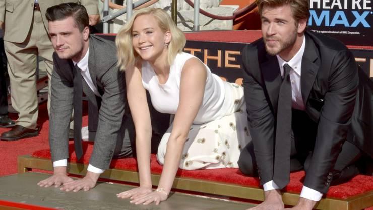 Jennifer Lawrence mit Liam Hemsworth (rechts) und Josh Hutcherson beim Hände-Abdruck in Hollywood.