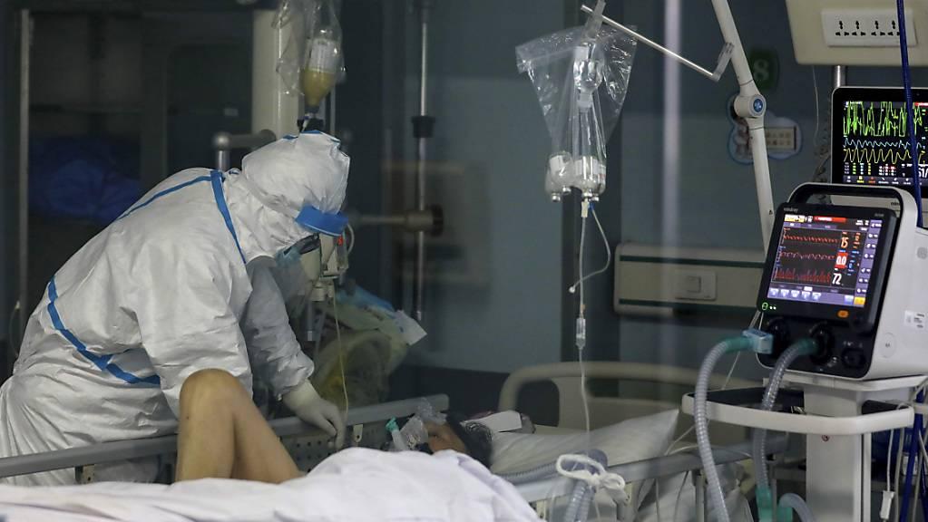 In der vom Coronavirus stark betroffenen Region um die chinesische Stadt Wuhan breitet sich der Erreger auch am Freitag weiter aus.
