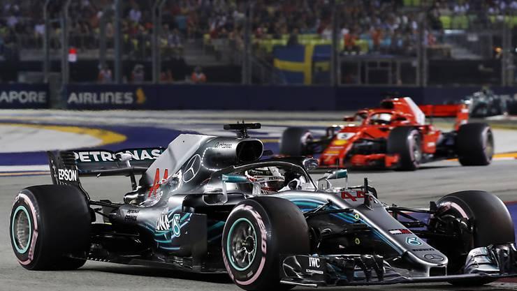 Lewis Hamilton verteidigt nach dem Start die Führung