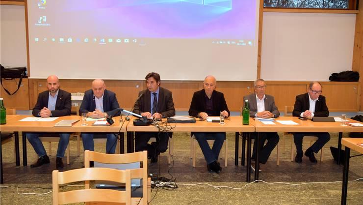 Der Grenchner Gemeinderat unterzeichnet die Charta «Kompass». Im Bild die Fraktionschefs: v.l.: Matthias Meier-Moreno (CVP); Ivo von Büren (SVP), Stadtpräsident François Scheidegger (FDP), Alex Kaufmann, (SP), Robert Gerber (FDP/GLP) und Vize-Stadtpräsident Remo Bill (SP). Oliver Menge