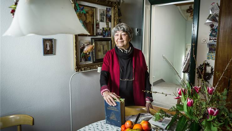 Rosmarie Zobrist mit dem «Fleissigen Hausmütterchen», das früher in keinem Haushalt fehlen durfte.Chris Iseli