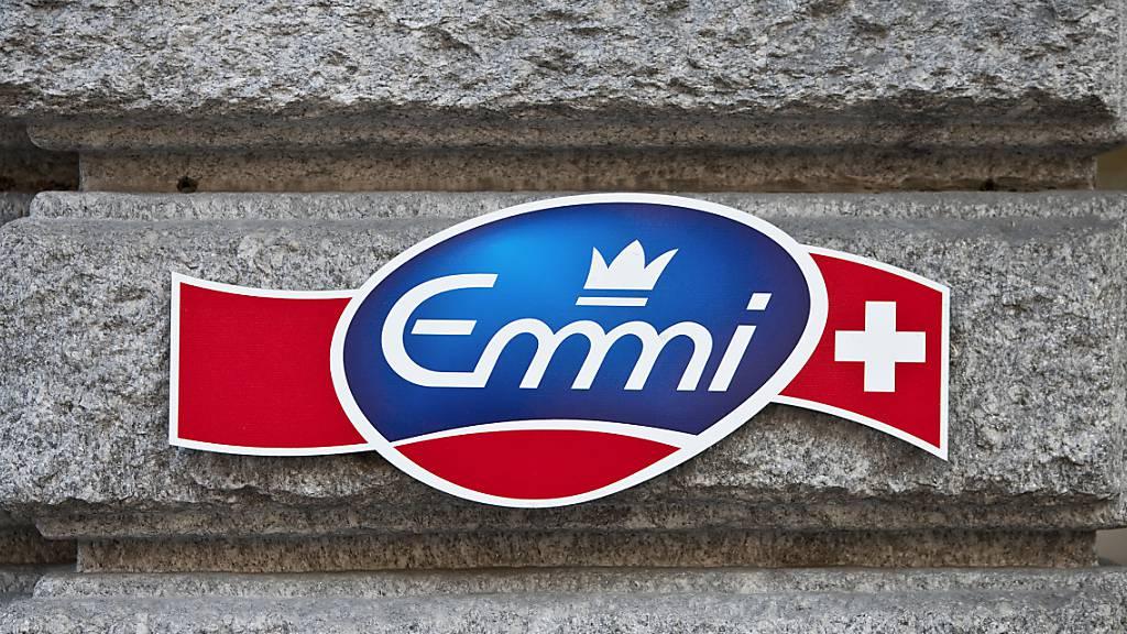 Emmi hat 2020 wegen eines Abschreibers etwas weniger verdient. Operativ legte die Luzerner Milchverarbeiterin allerdings weiter zu und erhöht die Dividende. (Archivbild)