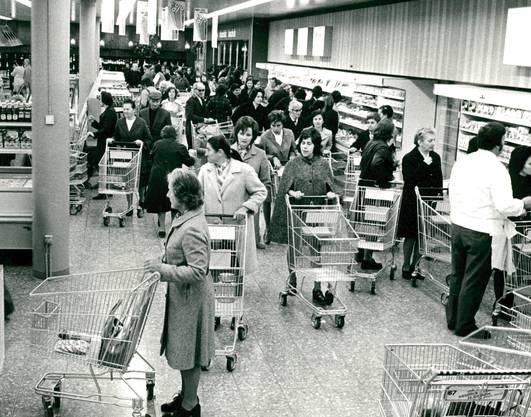Als das Wägeli zu unserem Alltag gehörte. Anstehen in einer Coop-Filiale 1973 in Monthey.