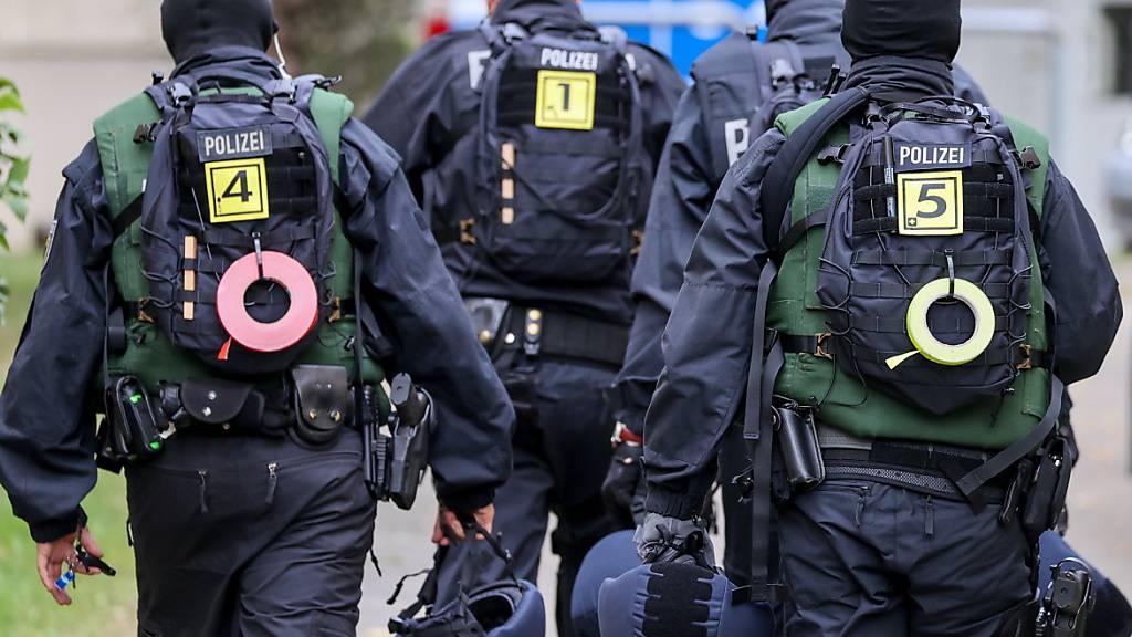 Schlag gegen internationale Schleuserbande - 400 Beamte im Einsatz