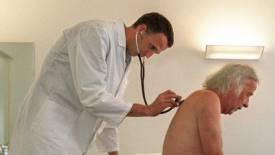 Patient lässt sich von Arzt untersuchen (Symbolbild)
