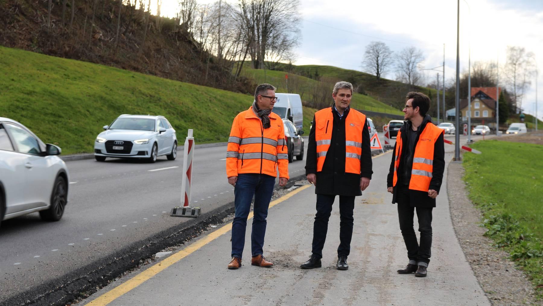 Die Kantonsingenieure freuen sich über den Bauabschluss.