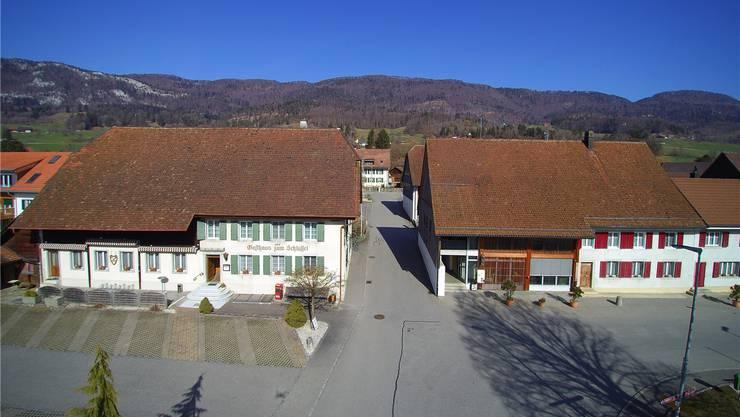In der Gemeindeverwaltung in Aedermannsdorf (rechts) hat weiter Gemeindepräsident Bruno Born das Sagen.