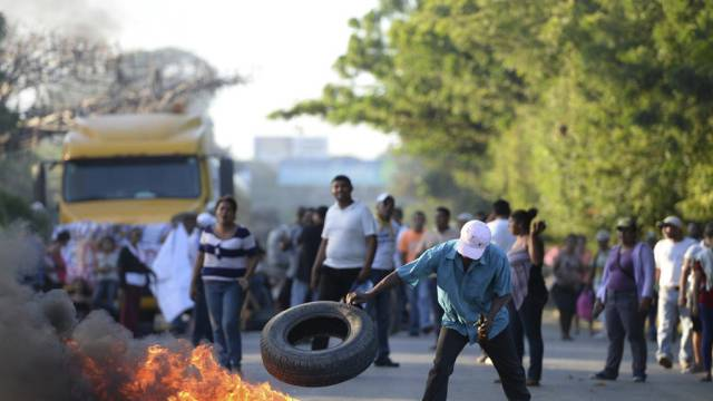Strassenblockade gegen Kanalbau